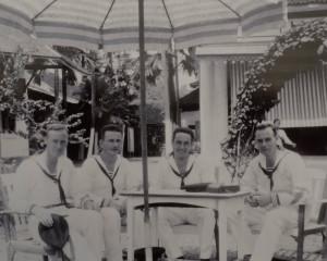 Garson Garson (3e van links) is de broer van Robs vader Maarten. Hij stuurt vanuit het Verre Oosten ansichtkaarten naar zijn oom Jozef Garson in Winsum.