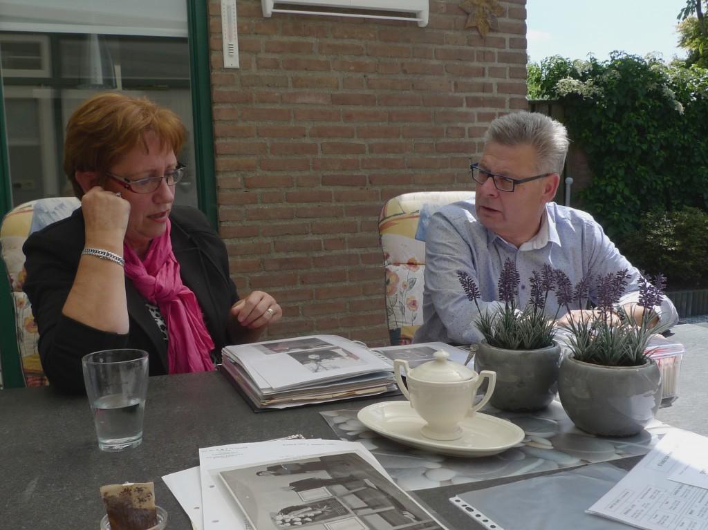 Mei 2014: in de zon achter huis van Rob en Dora Garson bladeren en praten we door twee eeuwen Joods-Nederlandse geschiedenis heen.