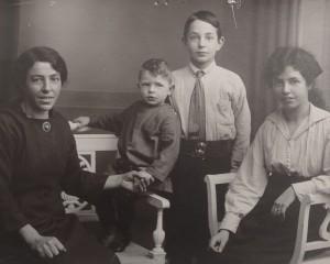 Kort na het overlijden van Robs grootvader Minko Garson (1874-1923) uit Winsum: grootmoeder Johanna, vader Maarten, oom Garson en tante Martina.