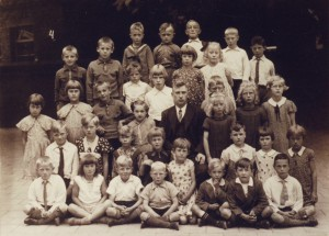 1943, klas 4 van de openbare lagere school aan het dorpsplein (nu bibliotheek). Op de eerste rij rechts zit Issy (Israel) de Vries en op de vierde zij rechts staat zijn jongere broertje Sophius.