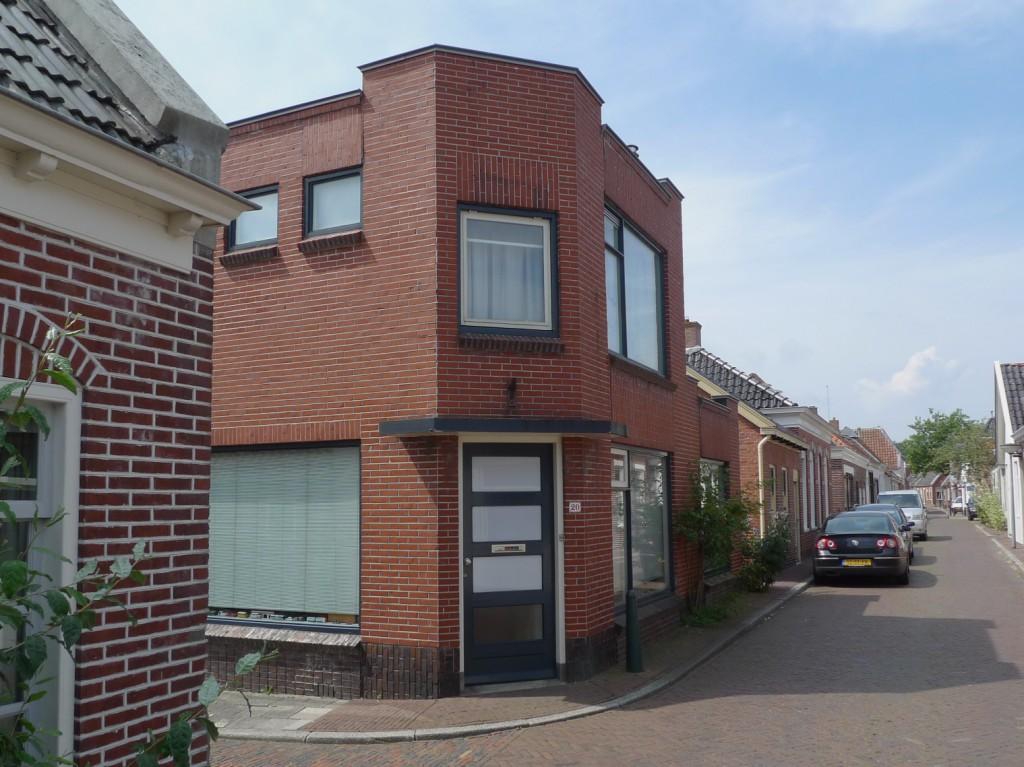 Woonhuis/winkel aan de Oosterstraat 20 van de familie Visser, in 1929 gebouwd in opdracht van de Joodse lappenkoopman Michiel de Vries.
