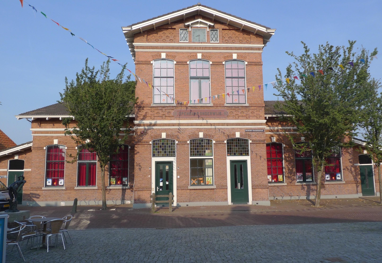 De bibliotheek aan het dorpsplein is gebouwd in 1882 als openbare school.